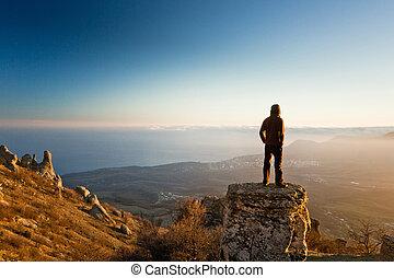 man, på, den, klippa, in, mountains, hos, solnedgång