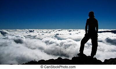 man, på, den, klippa, in, mountains, ovanför, skyn