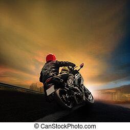 man, paardrijden, motorfiets, op, asfalt, snelweg, tegen, de hemel van de zonsondergang