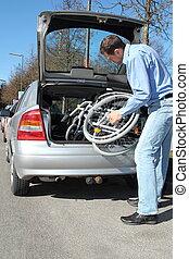 man, pakking, een, wheelchair, in, een, car's, romp