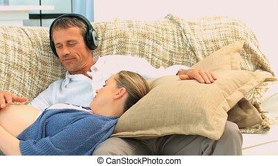 Man putting headphones