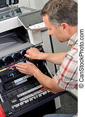 man, repareren, fotokopieerapparaat