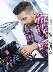 man, repareren, patroon, in, photocopy machine, op, kantoor