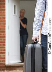 man, resväska, avsked, packat, fru