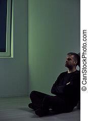 man, rum, tom, sittande