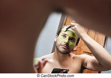 man, söker, ansikte mask, för, manlig skönhet, in, hem, badrum