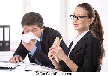 man, sneezing., zakenman, sneezing, terwijl, etende vrouw,...