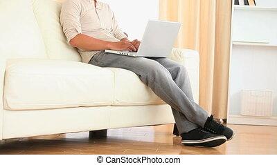 man, sofa, grondig, zittende