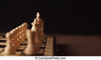 man, spelend, houten, schaakstukken