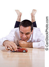 man, spelend, met, speelgoedauto