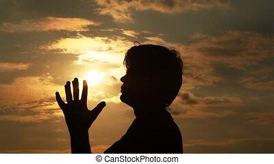 man, spends, handen, door, de, zon, en, bidt, om te, it.