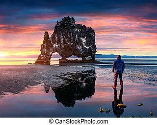 man, står, på, den, yta, av, vatten, hos, falla, av, flod, och, och, hålla ögonen på, till, sunrise.