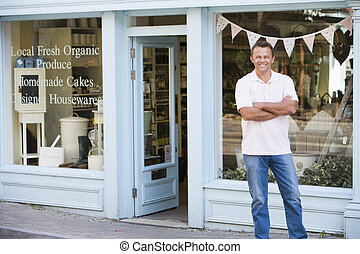 man staand, voor, organisch voedsel, winkel, het glimlachen