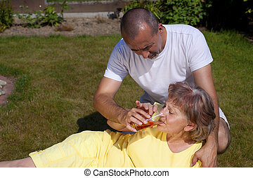 Man supplied woman with heat stroke - Man supplied old woman...