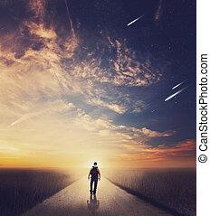 man te lopen, op, ondergaande zon
