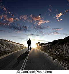 man te lopen, weg, op, dageraad, langs, straat