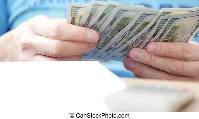 man, telling, dollars, en, vullen, belasting, form., hij, rekenende uitgaven, en, schrijvende , op, belasting, document