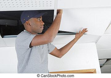 man, ter vervanging, paneel, in, opgeschort plafond