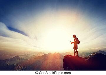 man, tillsluta, med, hans, smartphone, på topp om, den, mountain., kommunikation