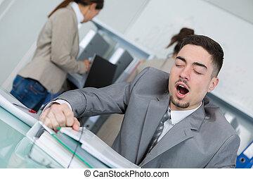 man, trött, på arbete