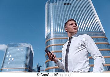 man, uppe., läsning, smartphone., nära, hans, affär, sms