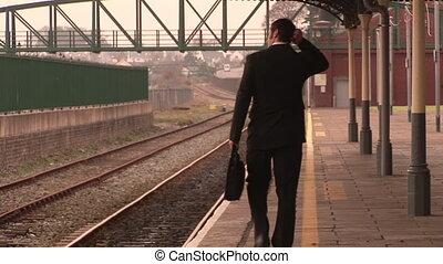 man, väntan, för, tåg