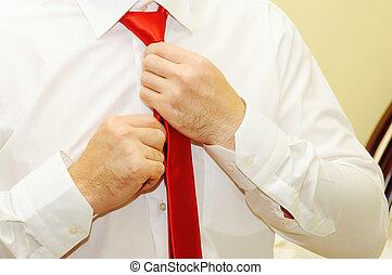 man, vastknopen, aanpassen, rood