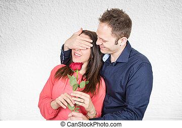 man verliefd, maakt, een, verrassing, met, een, het rood nam toe