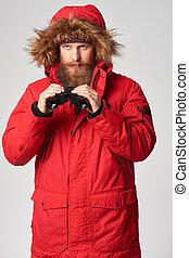 man, vervelend, rode winterjack, met, verrekijker