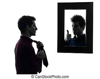 man, voor, zijn, spiegel, omhoog zich kleedt, silhouette