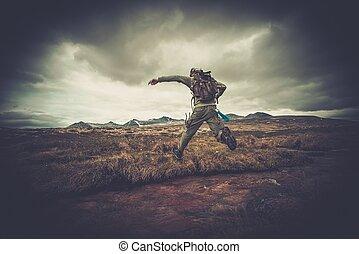 man, wandelaar, springt, door, kleine, rivier
