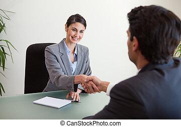 manager, schüttelnd, der, hand, von, a, kunde