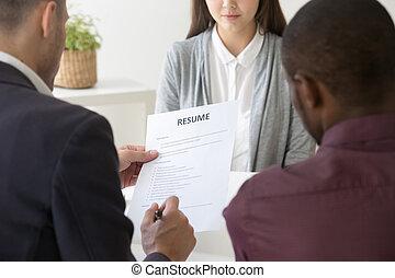 managers, kantoor, hervatten, hr, vrouwelijke werknemer, lezende
