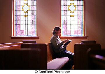 manchado, cristão, sentando, pew, luminoso, escuro, janela vidro, igreja, sozinha, vazio, homem