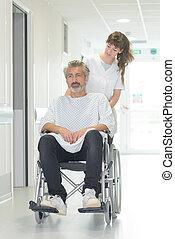 mand disabled, ind, wheelchair, mens, en, sygeplejerske, er, skubbe, ham