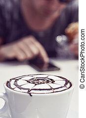 mand, hos, en, cappuccino, bruge, en, smartphone