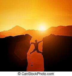 mand, ind, fælde, forsøg, til, klatre, på, mountain.