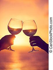 mand kvinde, clanging, vin glas, hos, champagne, hos, solnedgang, dramatisk himmel, baggrund