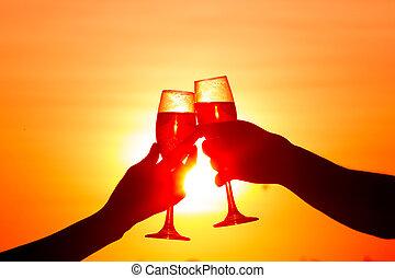 mand kvinde, clanging, vin glas, hos, champagne, hos, solnedgang