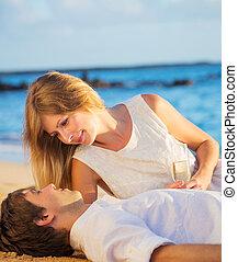 mand kvinde, forelskelse, par, nyd, glas champagne, på, tropical strand, hos, solnedgang, honeymoon, begreb
