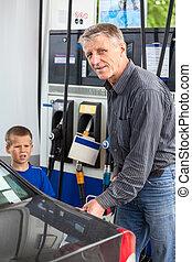 mand moden, hos, søn, tankning, køretøj, hos, bensin