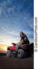 mand, på, atv, på, den, ørken, solopgang, baggrund