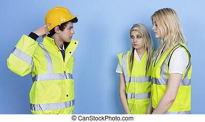 mand, råbe, til, kvindelig, arbejder, by, ikke, slide, vanskelig hat