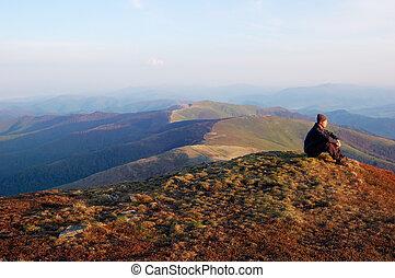 mand sidde, på top af, en, bjerg