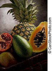 mand, tropische vruchten