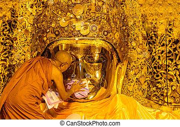 mandalay-august, 26:, el, 3º edad, monje, lavado, mahamuni,...