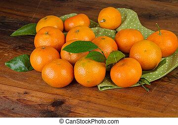 mandarijnen, met, groene, servet, op, donker, houten, achtergrond