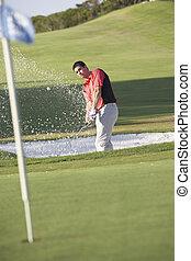 mandlig golfer, spille, bunker skød, på, golf kurs