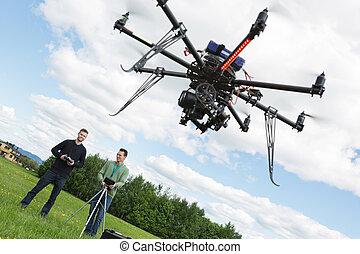 mandlig, ingeniører, fungerer, uav, helicopter