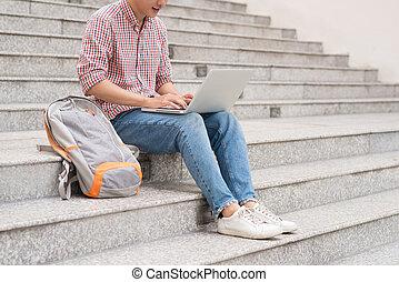 mandlig student, arbejde på, laptop, ind, universitet